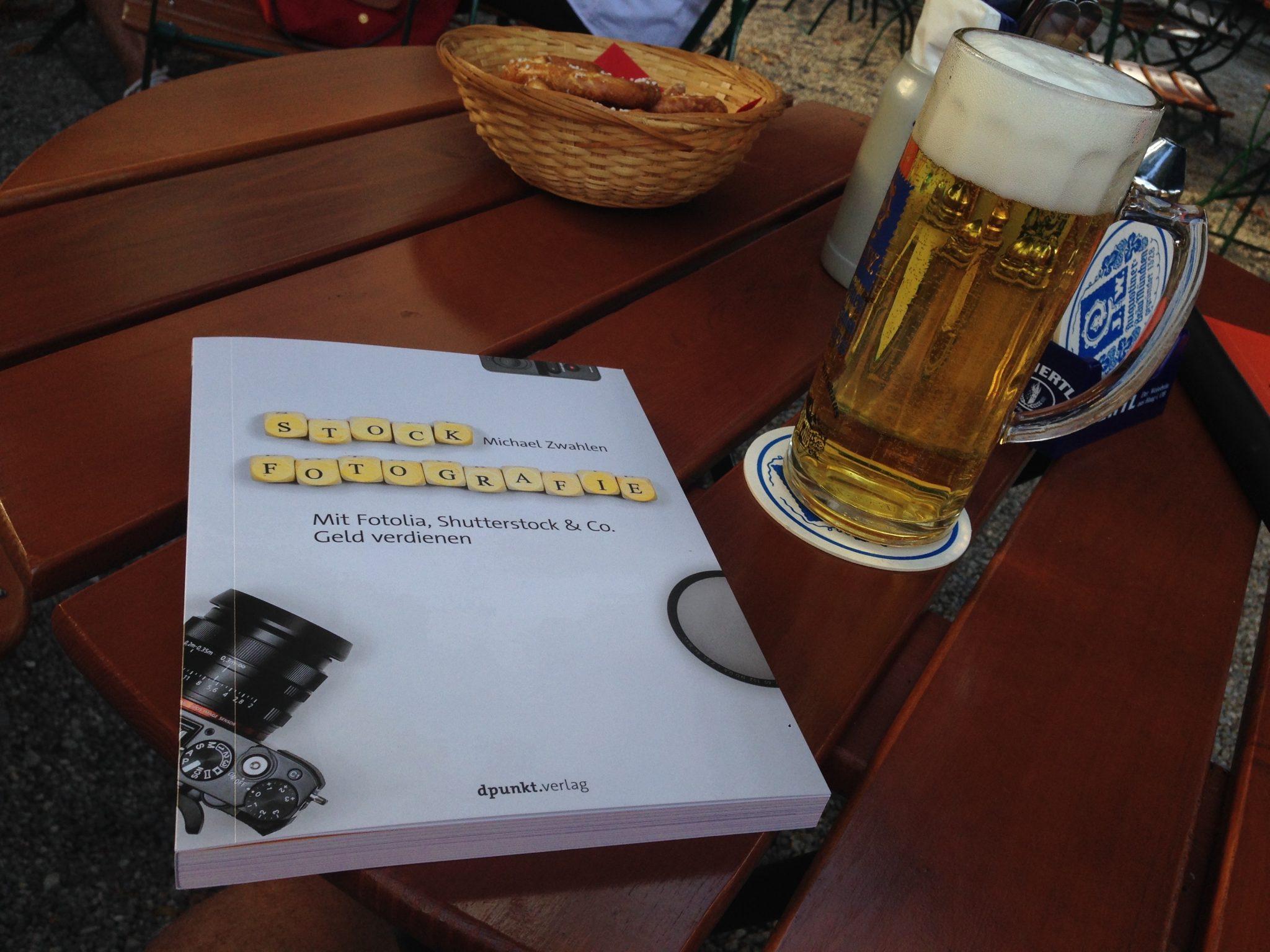 """Das Buch """"Stockfotografie"""" von Michael Zwahlen zeigt gelungen, wie man mit seinen Bildern Geld verdienen kann."""