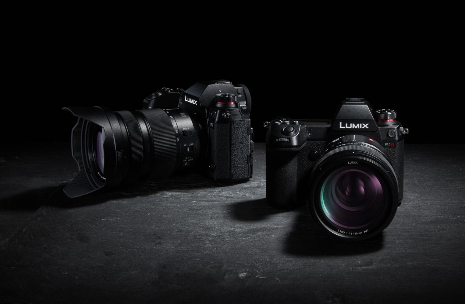 Zwei Kameras der Panasonic Lumix S-Serie vor schwarzem Hintergrund