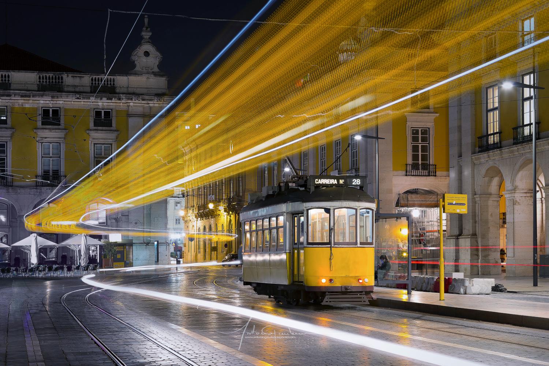Beispielbild Langzeitbelichtung einer gelben Straßenbahn in der Nacht zum BenQ Fotowettbewerb 2021