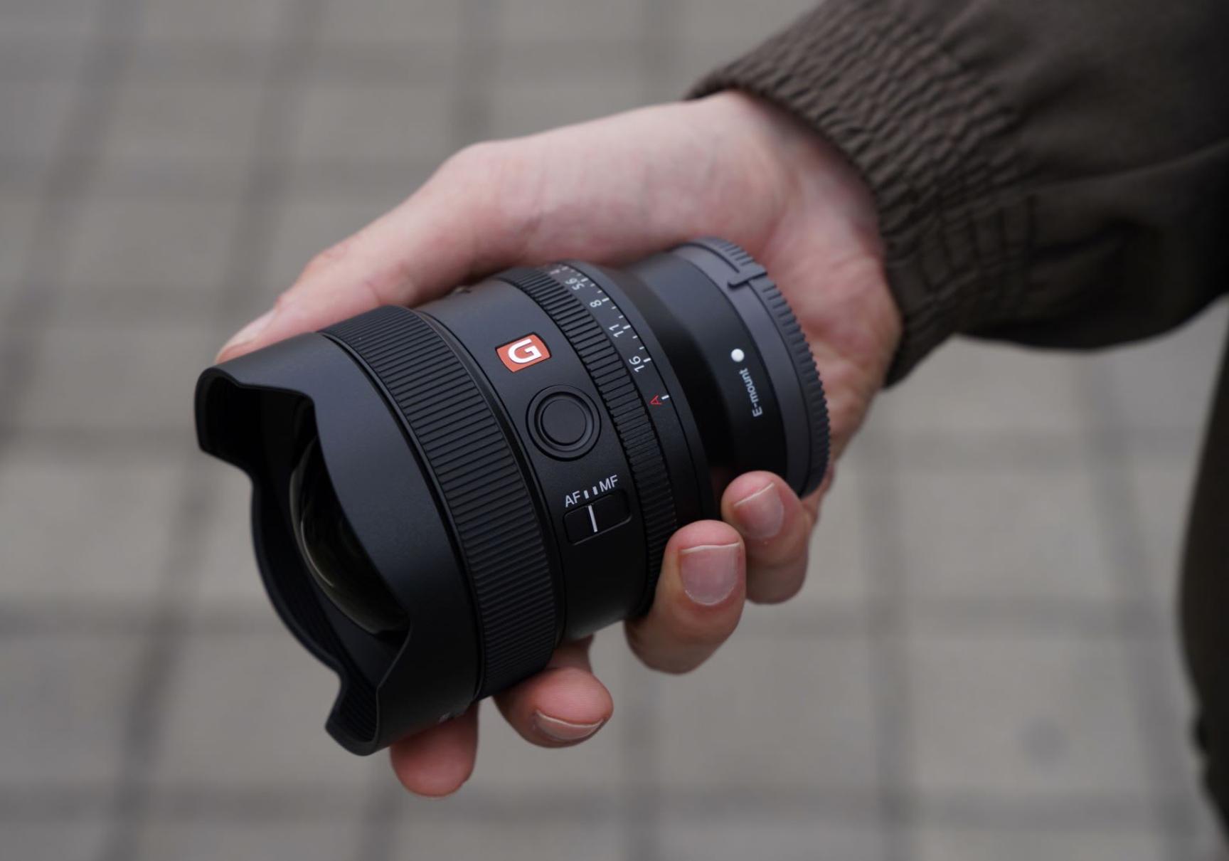 Mann hält Ultraweitwinkel Objektiv von Sony in seiner Hand