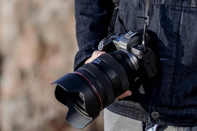 Symbolfoto eines Mannes mit einer Kamera in der Hand zum Artikel 2021 Guide 2021 zu allen RF-Objektiven, Extendern und Objektiv-Adaptern für das Canon EOS-R System im Überblick