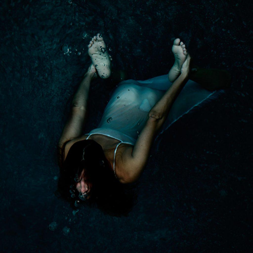 Unterwasser-Foto Frau vor dunklem Hintergrund von Thomas Kretschmann