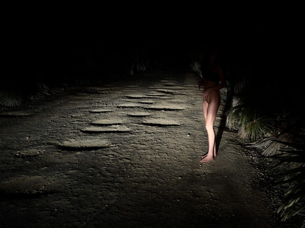 Dunkle Aufnahme mit Frauenbeinen, aufgenommen von von Thomas Kretschmann