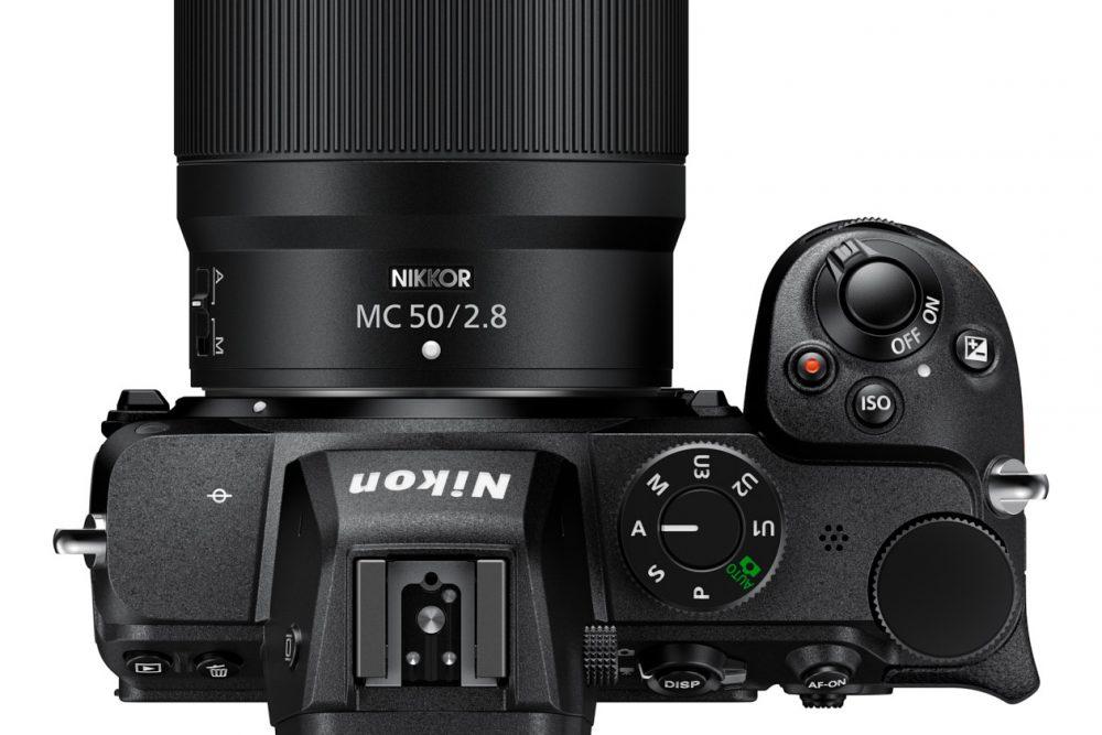 Makro-Objektiv NIKKOR Z MC 50 mm 1:2,8 an einer Noikon-Z-Kamera von oben fotografiert mit weißem Hintergrund