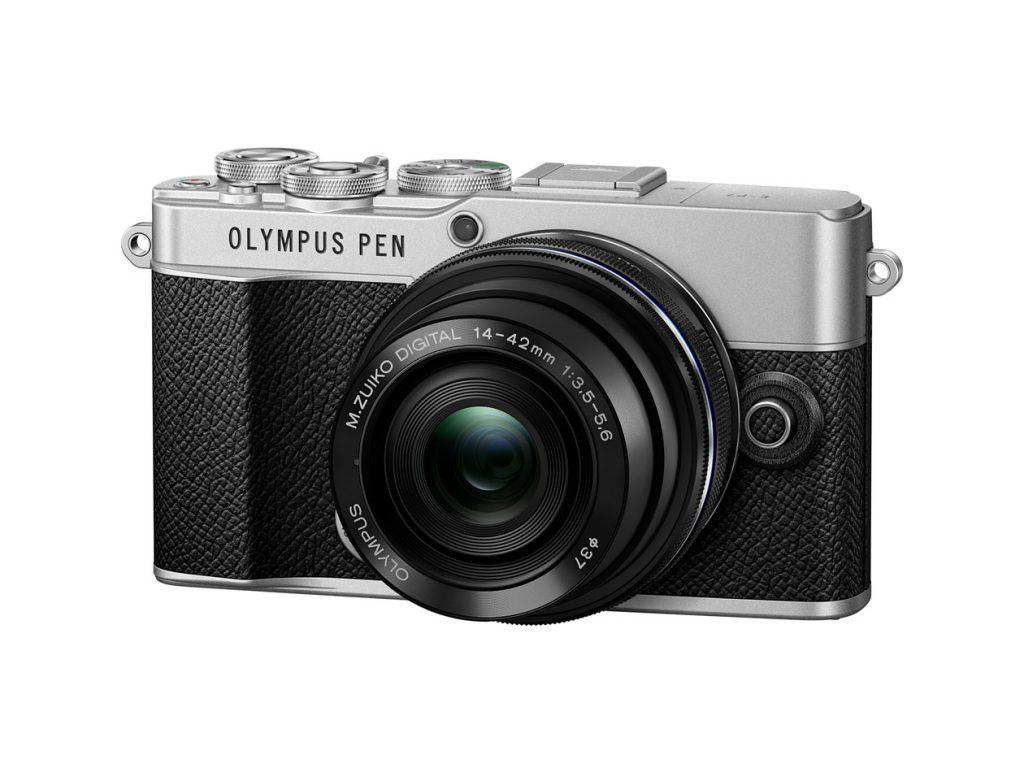 Schrägansicht der Systemkamera Olympus PEN E-P7 in der Schwarz/Silber-Version vor weißem Hintergrund