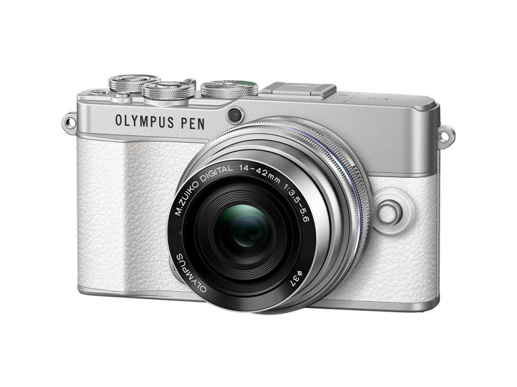 Schrägansicht der Systemkamera Olympus PEN E-P7 in der Weiß/Silber-Version vor weißem Hintergrund