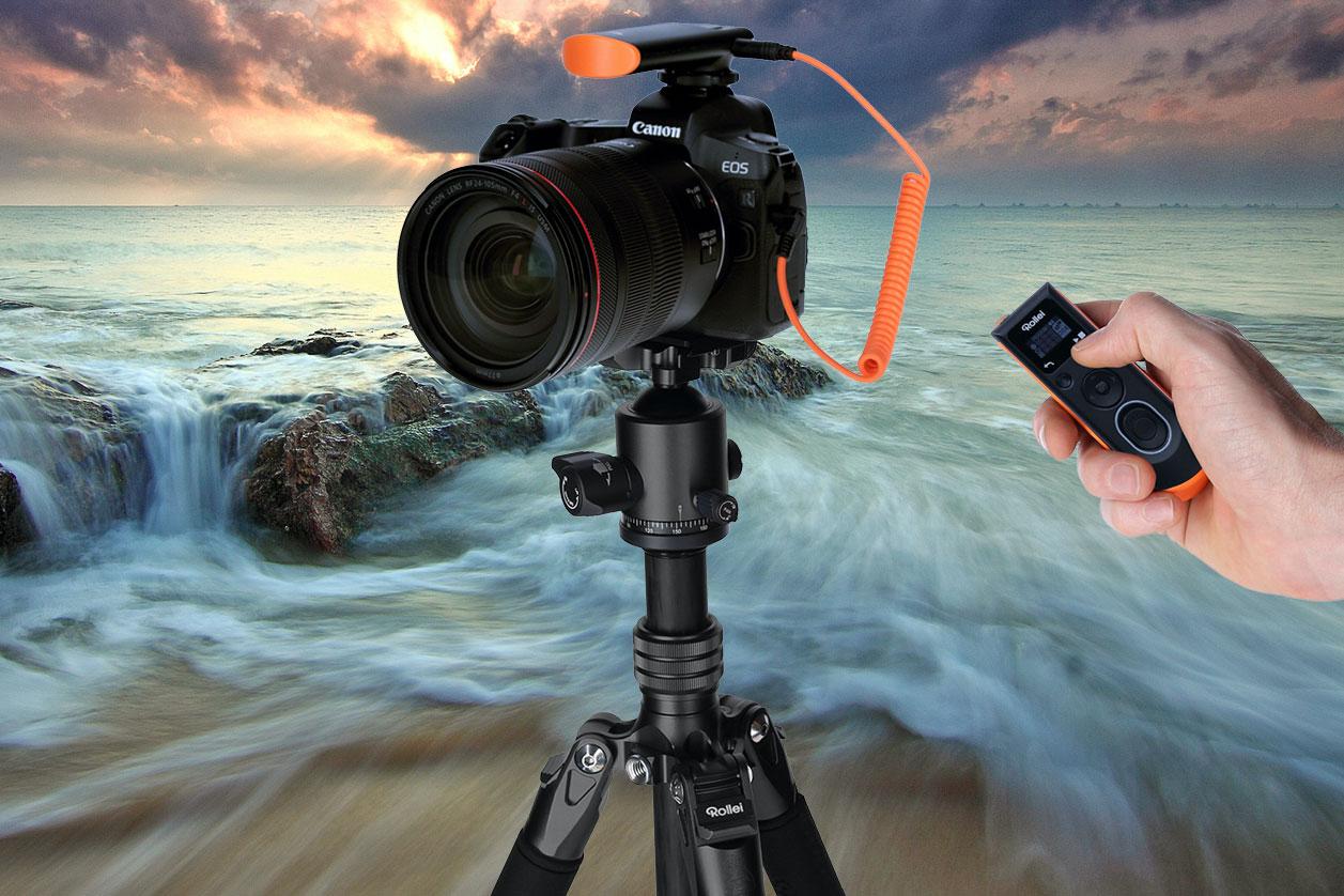 Kamera auf Stativ mit Rollei Wireless Fernauslöser vor Küstenhintergrund