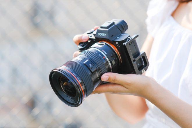 Frau hält Sony-Kamera in der Hand