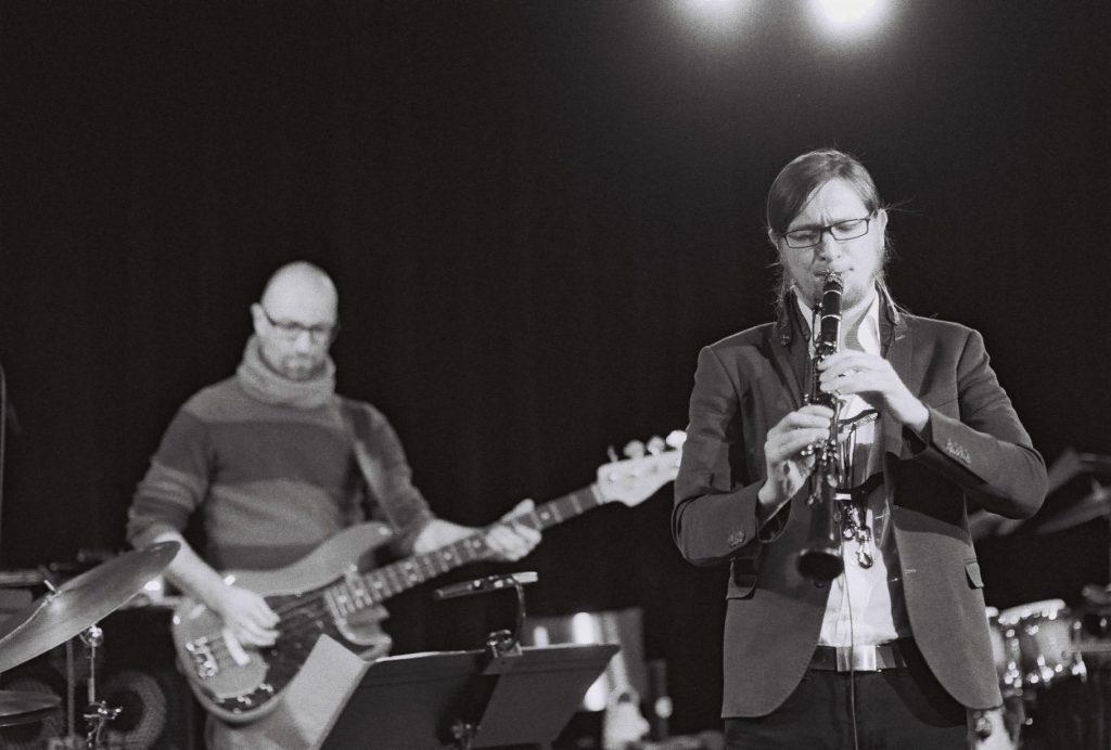 Konzertfotograie Schwarzweiß Klarinist und Bassist